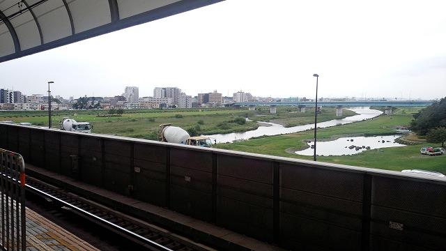 二子玉川のホームから河川敷を見る
