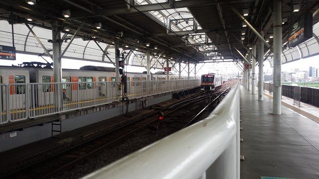 大井町線からの急行が発車して田園都市線の線路に転線