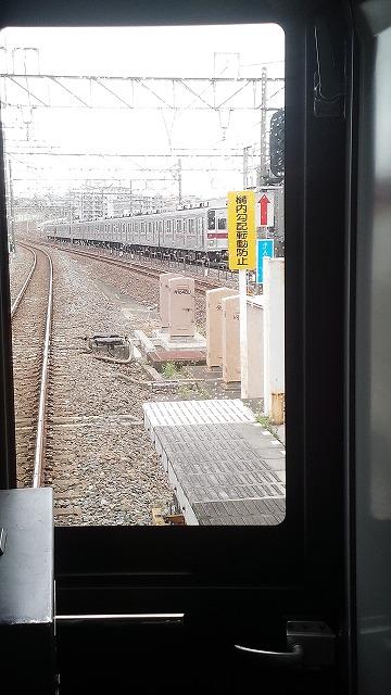 朝霞台で地下鉄からの急行とすれ違う
