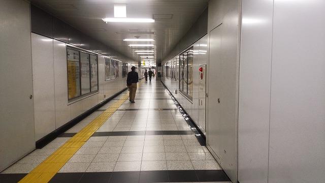 新宿の長い連絡通路