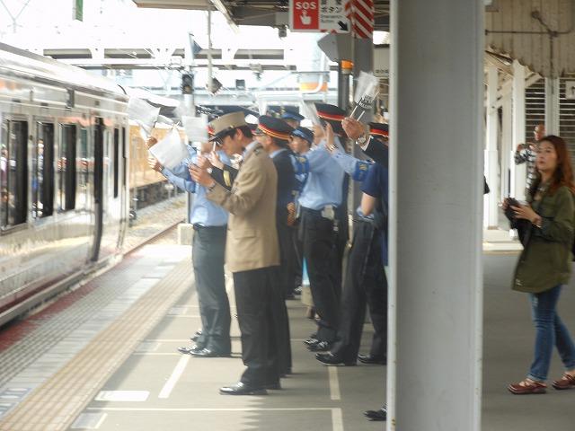 リゾート列車を見送る人たち