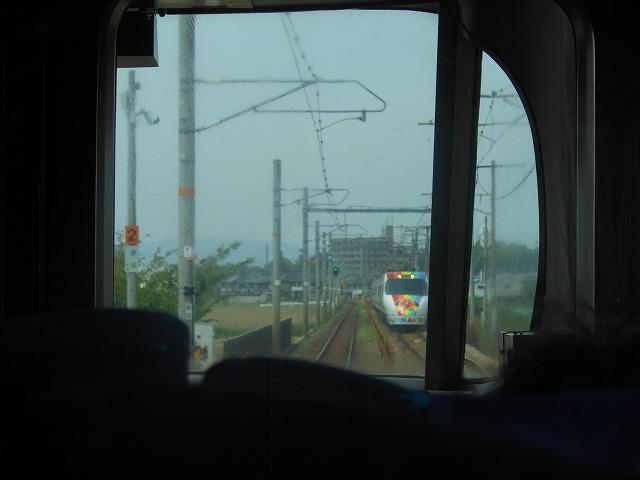 8000系アンパンマン列車とすれ違う