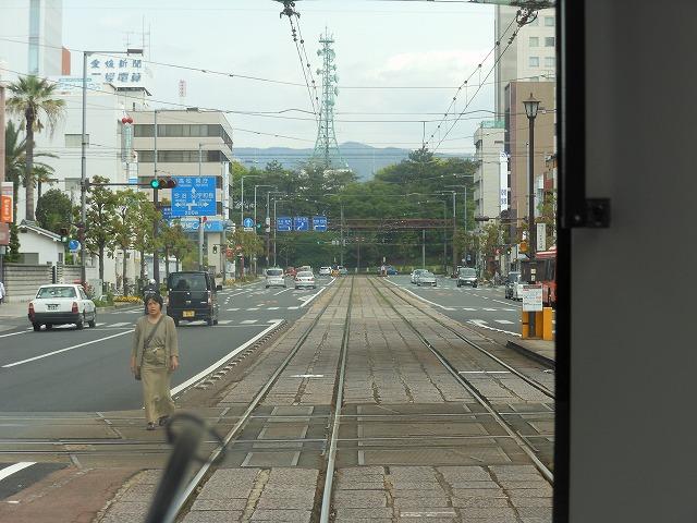 路面電車の先頭から松山城を見る