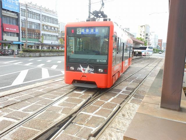 路面電車が渡り線を渡る