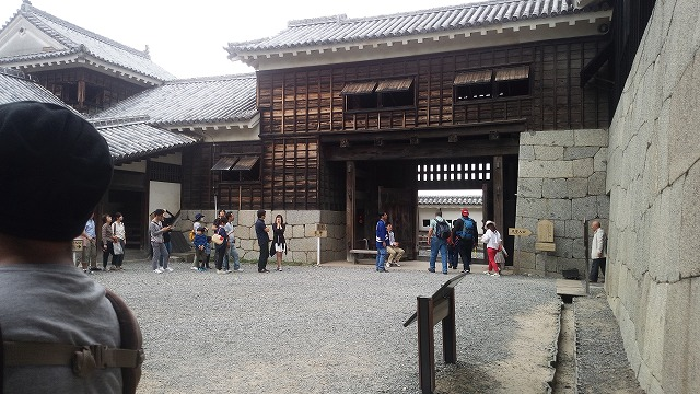 城門から松山城に入る