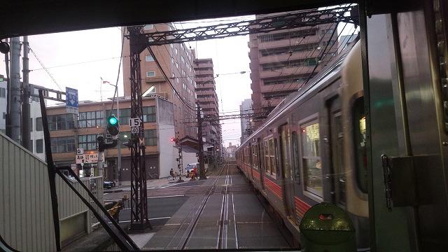 大手町で路面電車と直交
