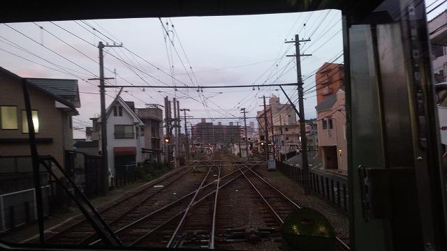 古町手前で路面電車と平面交差