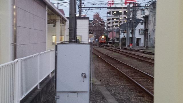 路面電車が近づく