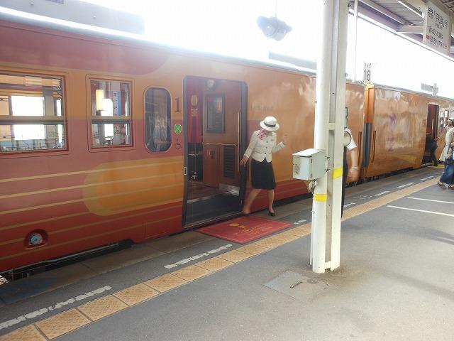 乗客を迎える赤絨毯