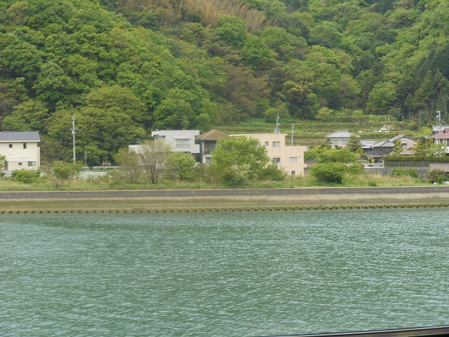 伊予灘ものがたりからの車窓:美しい川