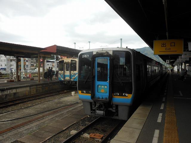 宇和島でキハ32系と2000系が出会う