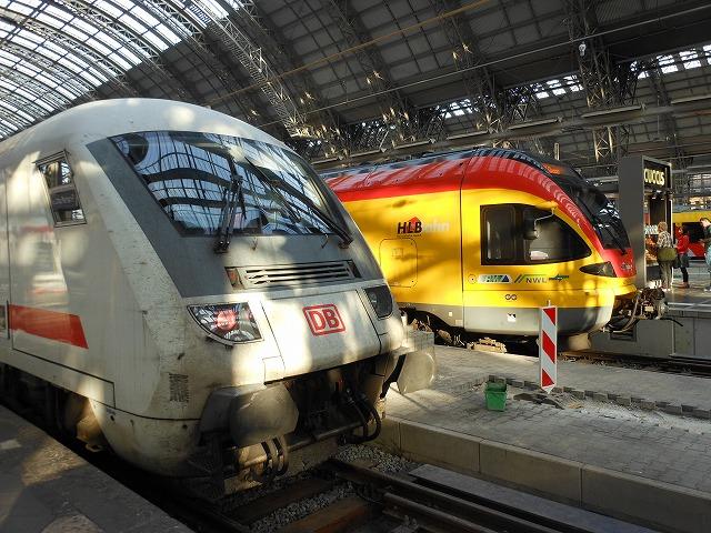 在来線速達列車と近郊列車が並ぶ