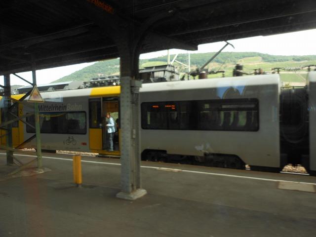 ビンゲンで普通電車を追い抜く