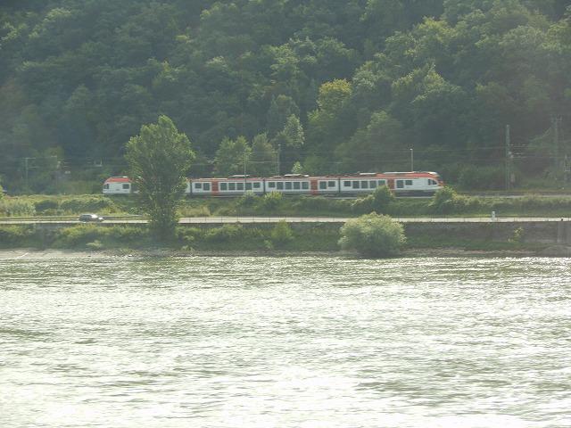 対岸を行く普通電車
