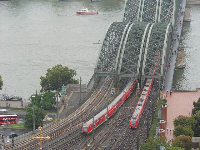 有名な橋を上から眺める(Sバーンと近郊列車RE))