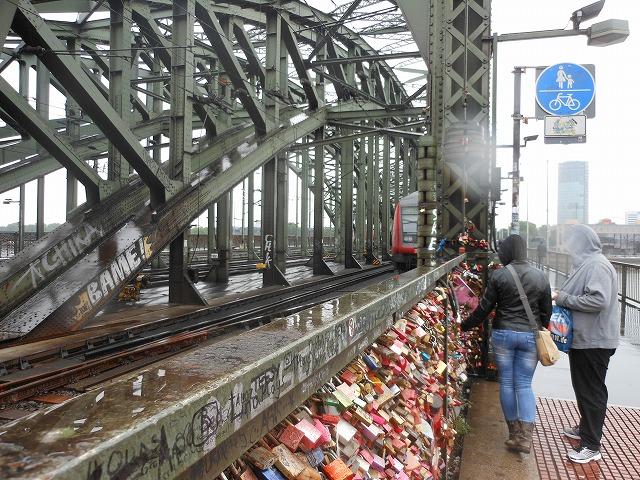 ケルンの有名な鉄橋を渡る列車