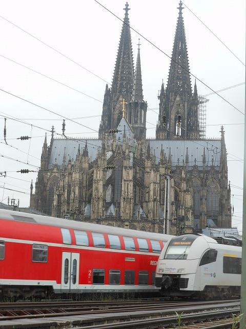 ケルン大聖堂の近くで列車がすれ違う