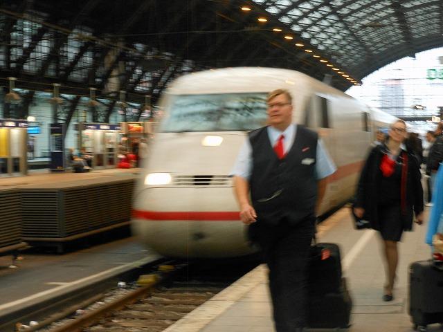 ケルン中央駅に入線するICE2