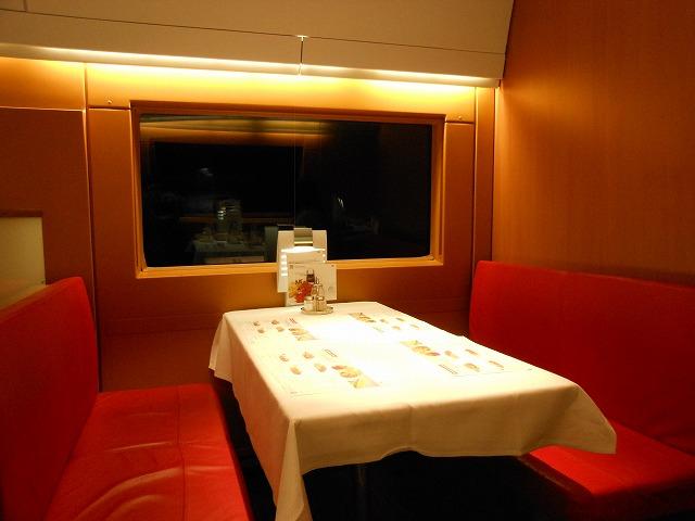 ICE2の食堂車車内(照明を強調)
