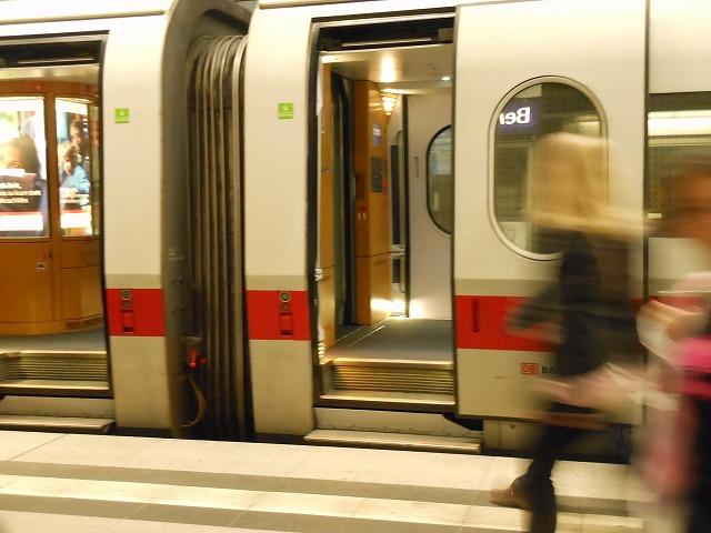 ICE2に乗り込むためにステップを登らなければならないベルリン中央駅