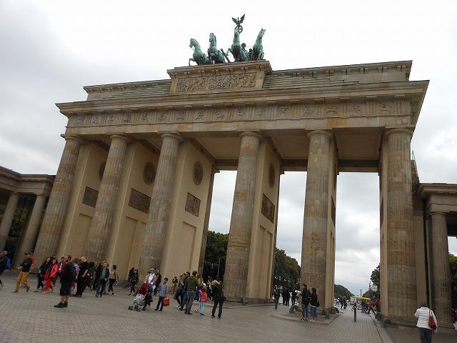 ブランデンブルク門を正面から眺める