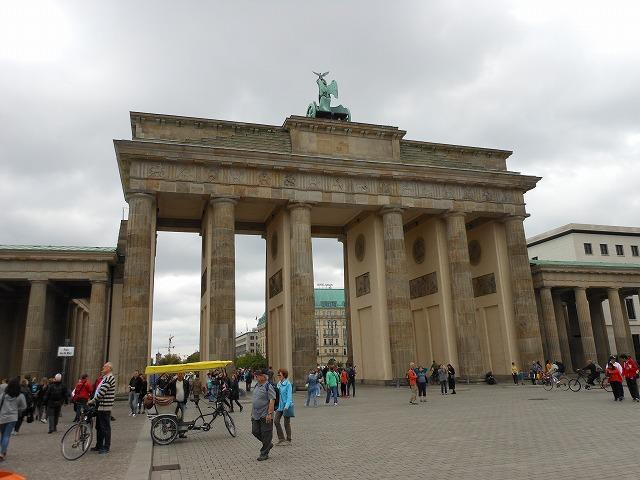 ブランデンブルク門をお尻から眺める