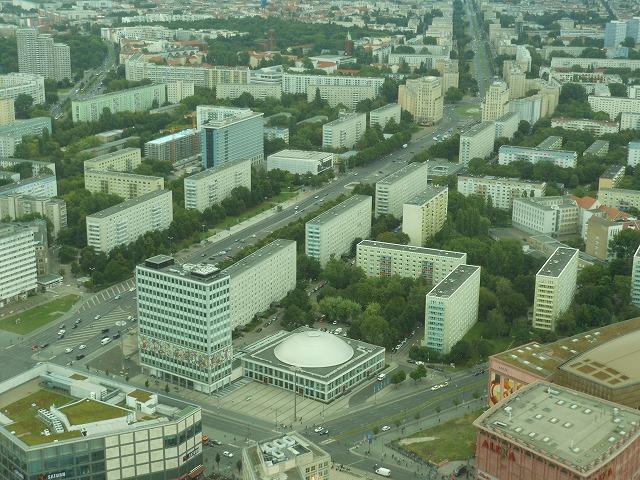 ベルリンテレビ塔から東ドイツ時代の団地群を眺める