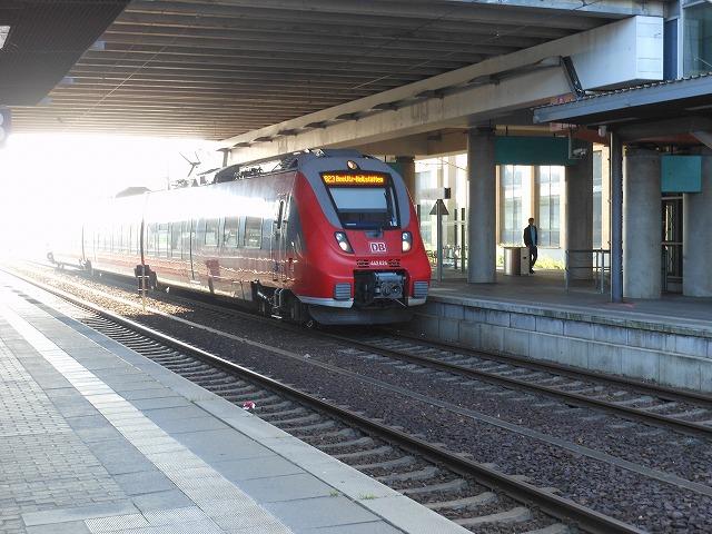ポツダム中央駅で立ち往生する中距離列車