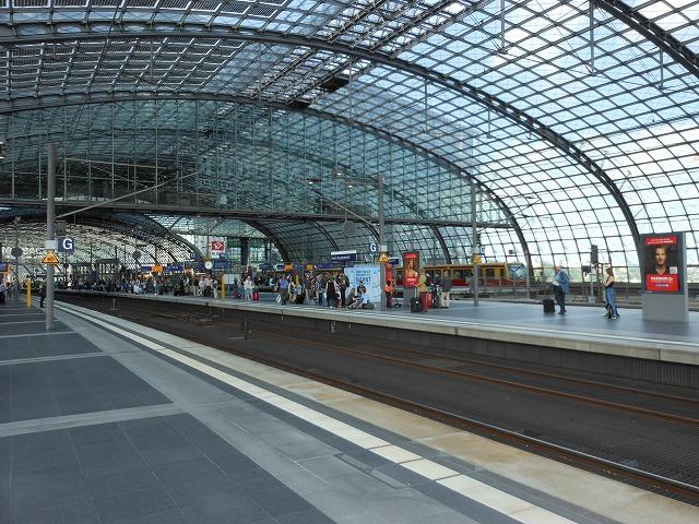 人で賑わうベルリン中央駅