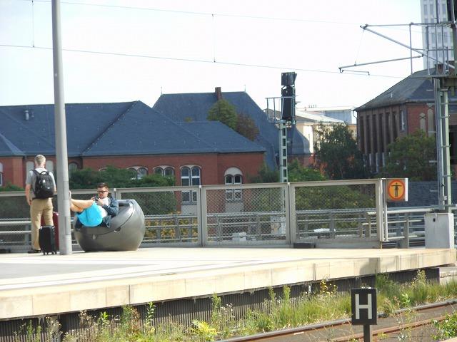 日光を浴びながら列車を待つ乗客