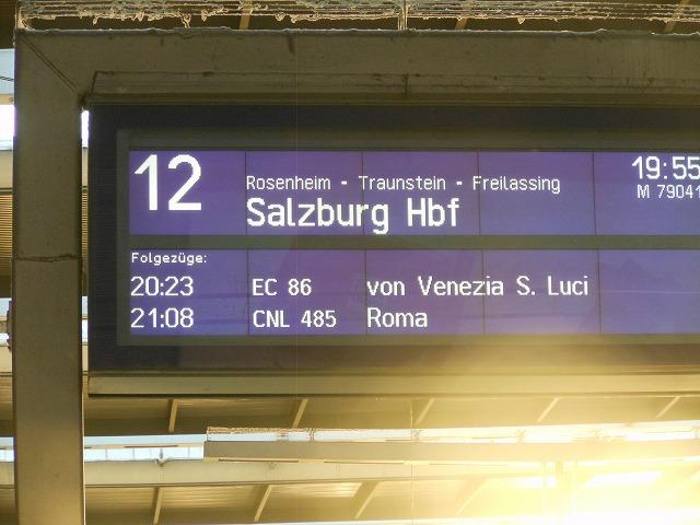 ミュンヘン始発ザルツブルク行きの近郊列車(電光掲示板)