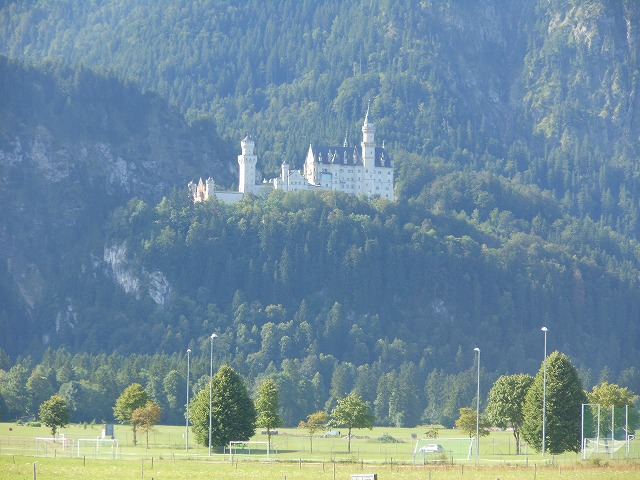山の中腹にそびえるノイシュバンシュタイン城