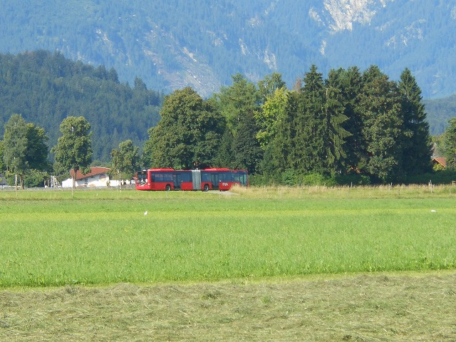 バイエルン州の田舎を走る連接バス