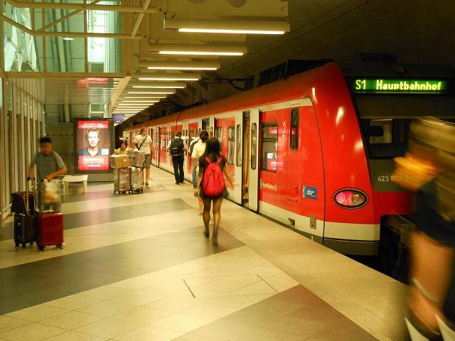 空港駅にたたずむミュンヘンSバーン
