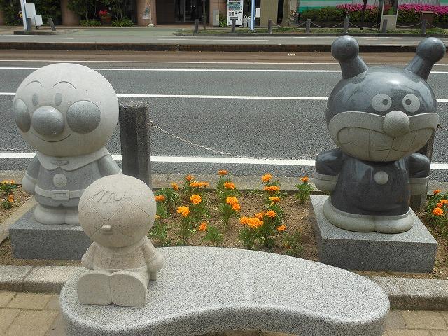 地元の名物キャラクターも銅像に