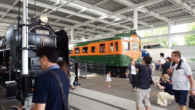 80系電車を斜めに眺める