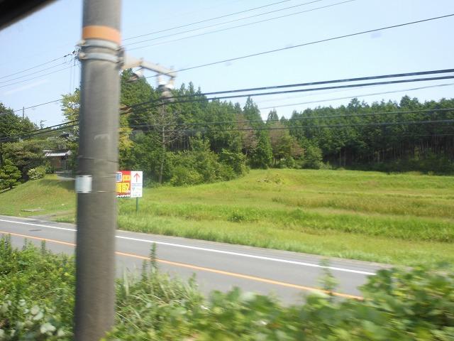 草津線車窓:森林と水田を行く
