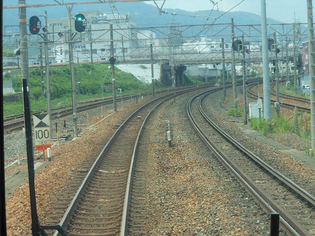 石山で京阪電車をくぐる
