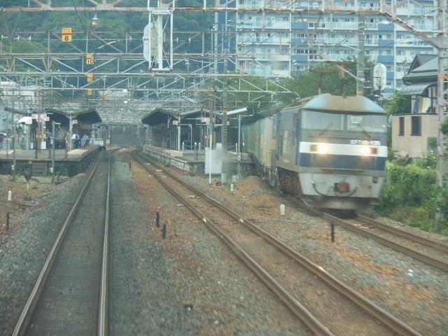 貨物列車とすれ違う
