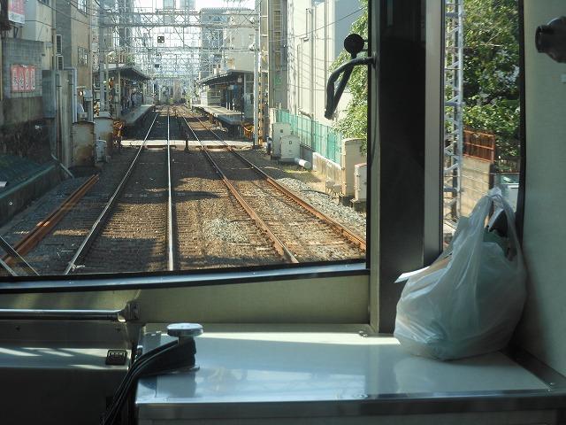 京阪前面展望:運転士が遺失物を運ぶ