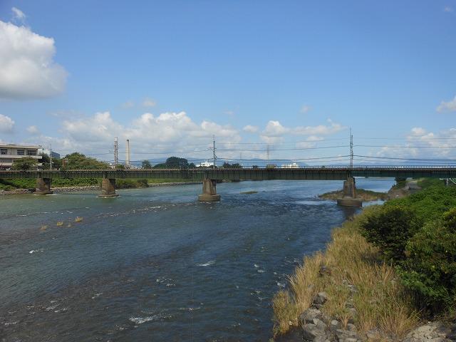 宇治川を渡る