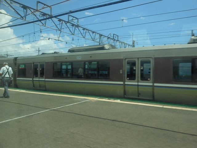 サンダーバードの車窓:近江今津で新快速を追い抜く