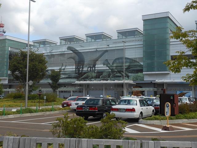 恐竜がモチーフの福井駅