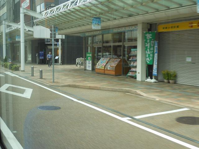 福井鉄道の車窓:駅前の通りを行く