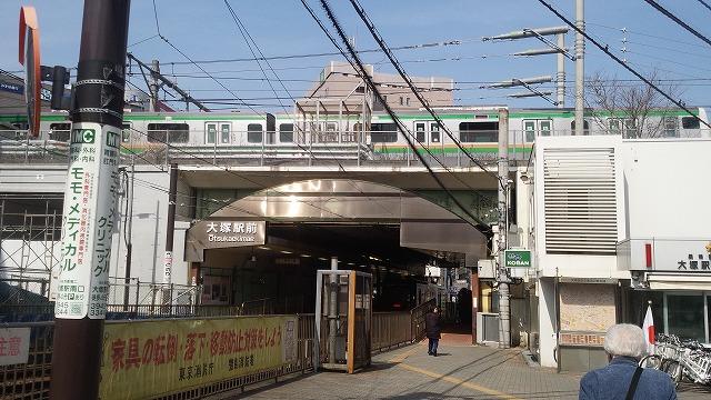 都電と共演する湘南新宿ライン
