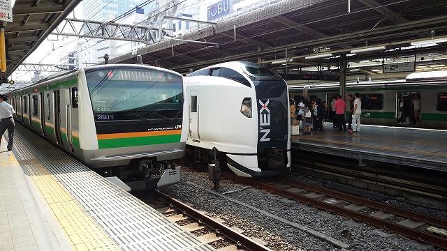 埼京線、成田エクスプレス、湘南新宿ラインが並ぶ(池袋)