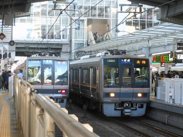 活気にあふれる大阪(普通電車2本停車中)