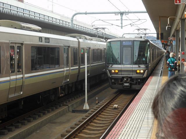 姫路に入線する223系電車