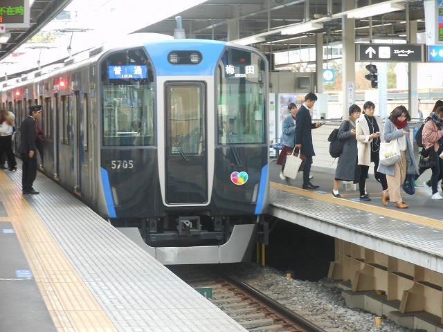 阪神尼崎に停車中の普通(5700系)