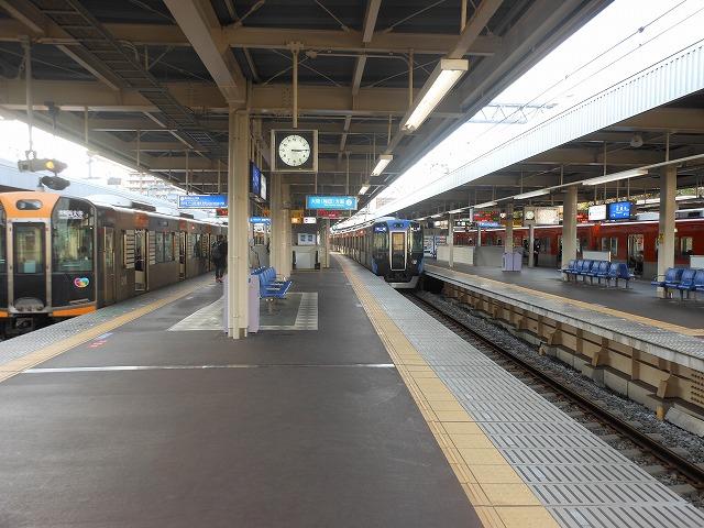 普通電車の左右に阪神なんば線と急行が並ぶ